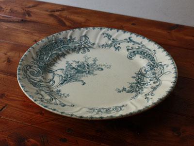 1800年代後半 ベルギーから。  繊細かつ上品な薄青の転写柄で彩られたディナープレートは、ベルギーの老舗陶器ブランドBOCHのもの。 白磁と青のコントラストが美しく、フランスアンティークの様な趣も感じさせる魅力ある一品。  100年以上もの時を経た年代物ですが、割れ欠け無く非常に良い状態です。