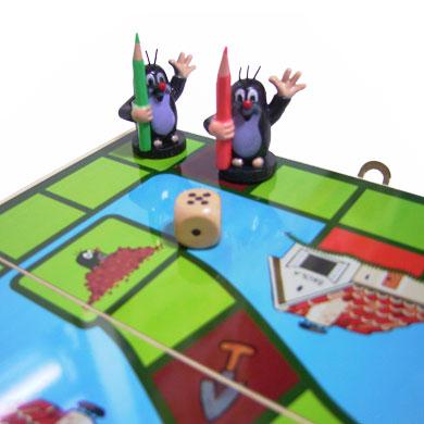 チェコ生まれのモグラ、クルテクのボードゲームが登場しました!ゲームの内容は・・・サイコロを転がして駒を進め、最初に学校のスペースにたどり着いた人が勝ち。つまり・・・すごろくです!赤、青、黄色、緑の鉛筆をしっかり持ったクルテクくん(駒)が4体ついてます。コンパクトにたためるので、持ち歩くこともできますよ♪お友達の家に持って行くのも、家族で遊ぶのもいいですね。