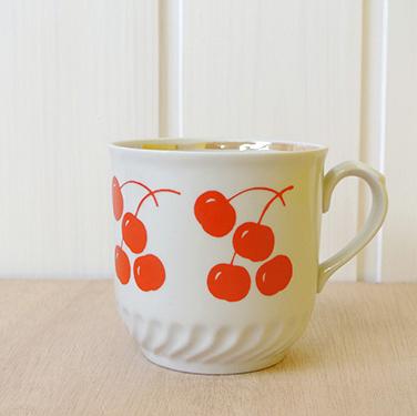 サクランボがデザインされた大きめのレトロなマグカップです。  1970年代に旧ソ連で生産されたものです。   ハンガリーの蚤の市で購入しました。