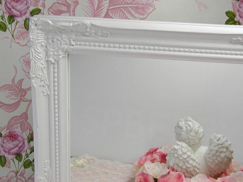 アンティークの雰囲気が漂う木製ミラーです。  繊細で美しいデコラティブな様式美の デザインです。  ホワイトが清楚な雰囲気をひきたてています。   縦、横に置いても掛けてもお使いいただけます。 (金具付き)  アクセサリーなどを置いて飾ることも出来ます。  お部屋のアクセントになりますね。
