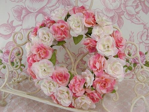 ピンクは心を優しくしてくれます…♪  そんなピンクのローズをたっぷり あしらったとってもスイートなリースです。  リースの輪は、また戻ってくるという意味もあり、 永遠、不滅そして幸福と幸運のお守りとされています。  造花ひとつでお部屋の雰囲気が ころっと変わります☆