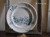 白地にブルーのプレートLongwy です。 鳥の絵が素敵に描かれています。 飾り皿としても雰囲気があります。 刻印から 1885-1890年製造です。