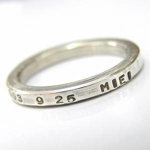 名前や記念日など好きな言葉を刻印できるシルバーリング。 細めのリングなので他のリングと重ね着けしたりいくつか重ねて着けてもOKです♪ ベビーメモリアルやペアリングなど、アイデア次第でいろいろ使える大人気のシルバーアクセサリーです!  ※刻印は英字(大文字)・数字のみです