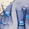 フランスの有名ブランド、デュラレックスの定番商品。 ピカルディに次ぐベストセラ−商品! 縦横にラインが入っており飲み物を注ぐと横のラインが消えた様な感じで不思議なグラスです。 また、名前のとおり、光があたると美しい模様が見られます。マリンブルーは、冷たいお飲物を更に清涼感あふれる一品です。