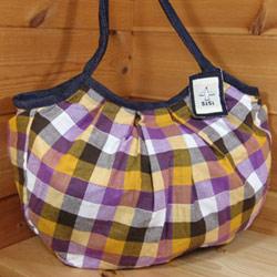 人気の定番グラニーバッグ。可愛いだけでなく、使い勝手も良く出来ていると評判のバッグ。 トラッドにもポップにもよく合うチェック柄。