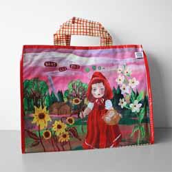 ナタリー・レテの世界が満載の、ビニールバッグ。 外側すべての面に、それぞれ違うイラストが描かれていて、 バッグの内側には、赤ずきんのいろんな場面のイラストが! 軽くて丈夫、収納力十分のほどよい大きさ。 しかも使わないときはペタンコにして、しまっておけます。 小さなポーチがついていて、バッグ内側のスナップに留めることも 外して使うこともできます。  la marelle ラ・マレル / ナタリー・レテ    フランス人のパスカル・ニヴェとファブリス・ベルヌチエールによる雑貨のエディション会社「ラ・マレル」。フランスで人気のイラストレーター、ナタリー・レテとのコラボレーションでは、さまざまなアイテムを展開しています。