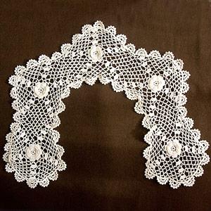 オフホワイトの極細綿糸で編まれたアイリッシュ・クロシェのヴィンテージ付け襟カラーです。