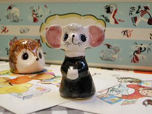 イギリス南西部にある陶器の町、トーキーにあったババクームポタリー(Babbacombe Pottery)から発売されていたフィリップ・ロウレストン の動物オーナメントです。1970年代後半〜80年代と比較的新しいものですが、ユニークな彼の作品は、イギリスでもコレクターズアイテムとして注目されています。絵付けはすべてハンドペイントです。当サイトのOTOBOKE-KUNのコーナーでご覧いただけます。