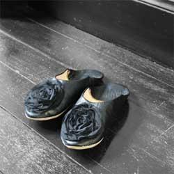 フランス製のシフォンローズをあしらった、女性らしいバブーシュです。 ブラック×ブラックが、華やかなおとなの雰囲気を演出します。 マッシュ・ノートのオリジナルアイテムです。  フランス語で「モロッコ風の革製スリッパ」を意味するバブーシュは、 軽くて、やわらかくて、しなやかにフィットするのが特徴。 日本でも人気の高い、モロッコの工芸品です。  *匂いの少ない、上質なヤギ革を使用しています。 *シフォンローズもバブーシュ本体も、すべてハンドメイドのため、  商品ごとに若干の違いがあります。一つひとつの個性としてお楽しみください。