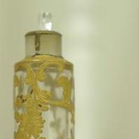 お花の細工が美しいチェコ香水瓶です。 まるで宝石のような存在感。 実用可です。