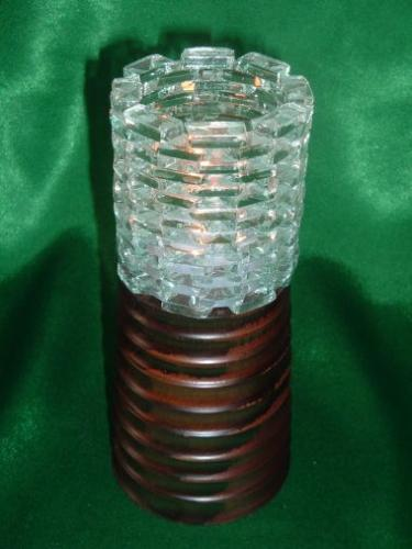 木製の高台にガラスの小片を組み合わせた(大)サイズのキャンドル台です。 こちらは一番台が高い(木台約12cm)円柱型のキャンドル台です。火を入れるとガラスの小片に揺れるろうそくの明かりが幻想的にゆらめきます。キャンドルは通常の百円ショップで販売している6〜10個入りのキャンドルのサイズが入るようになっています。また、こちらの大サイズは背の高いキャンドルを入れるのもおススメです。