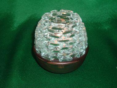 木製の高台にガラスの小片を組み合わせた丸くてかわいいキャンドル台(大)です。  こちらはたまご型の一番大きいサイズ(木台約4cm)のキャンドル台ですが、サイズの違いが上のガラス部分のみですので下の木台の大きさは同じになります。火を入れるとガラスの小片に揺れるろうそくの明かりが幻想的にゆらめきます。キャンドルは通常の百円ショップで販売している6〜10個入りのキャンドルのサイズが入るようになっています。