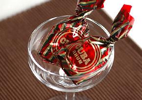 キューバ産ラム酒の風味が効いたチョコレートクリームを、56%南アフリカ産ダークチョコレートで包んだ大人のチョコレート。濃厚なラム酒の風味をお楽しみいただけるクーバ・ヴェンチ社の代表的な商品です。