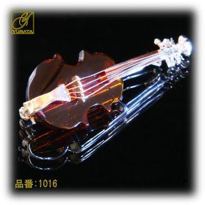 バイオリン型の琥珀ブローチ。この上なく愛らしいバイオリンです!琥珀の暖かい深い色合いが、バイオリンの色にぴったりです。琥珀は、喉を守る石として呼吸器系の病を癒すと言われています。