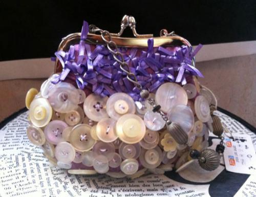 """紫陽花のようにぽっこりとしたカタチが可愛い """"紫陽花バッグ""""です。   カードケース、小銭入れ、必要最低限のモノだけぽっこり収まります。 もちろんiphoneも。   同じものは一つとしてない、まさに一点モノ。   エシックファッション、リサイクルデザイナーとして大人気の Lizaが、貴女のご希望に沿って、ご提案します。    貴女だけの紫陽花バッグをお届けします。"""