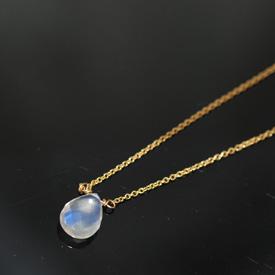 とても美しい高品質のブルームーンストーンネックレスです。 みての通り透明度も充分にありながら、ムーンストーン特有の美しいシラー(青い光)が見事なまでに輝きます。これはロイヤルブルームーンストーンといって良いほどの品質です。 そんな高品質のブルームーンストーンのドロップカットを一粒、胸元に置いたとてもシンプルなネックレスです。  クリスマスまでの限定発売ですが、とても希少で数が少ないため、売り切れまでの限定となってしまいます。  このような高品質のムーンストーンはとても珍しく、 このお値段で買えることはまずありません。 気になった方はお早めにどうぞ。