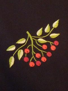 人気のカフェエプロンに南天柄が登場しました。年末年始にかけて何かと来客の多いこの季節、オシャレで重宝する1枚です。ベトナム手刺繍によるシンプルな柄は和服とも相性◎ 丈夫な黒キャンバス地で長くお使いいただけます。