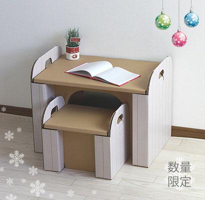 ダンボールでできた、子供椅子と子供机のセットです。 まだ自分専用の机と椅子を持たない小さな子供にぴったりです! 椅子に座ってお絵かきをしたり、机の上で工作をしたり、椅子に座って絵本を読んだり… 大変軽いので、簡単に移動させることができます。 椅子だったら、小さい子供でも自分で持ち運べますよ♪  Xmas限定カラーの白い木目タイプ。 キッチンセットとお揃いのカラーですので おままごとテーブルとしてもお勧めです。