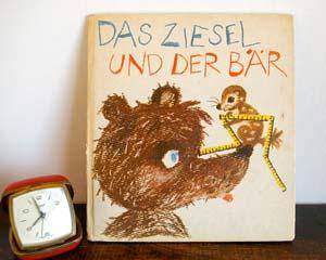 ドイツの古い絵本です。 「DAS ZIESEL UND DER BAR」1979年発行。 くまとはりねずみがお互いのお家を交換するお話。