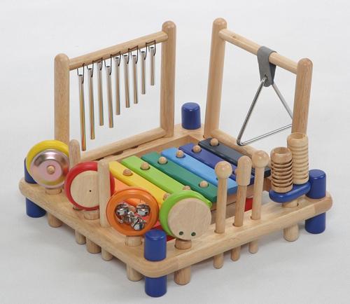 9つの楽器がひとつになった、ボリュームたっぷりな木製ミュージックトーイ!見ているだけでワクワクするミュージックステーションは、「トライアングル」「チャイム」「ハンドシンバル」「ハンドベル」「マラカス」「カスタネット」「アゴゴ」「木琴」「太鼓」のカラフルな木製楽器が1台にギューっと詰まっているのが最大の魅力です。多くの楽器に触れ、お子様の指先の発達をリズミカルに演出します。