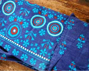 ドイツのビンテージエプロンです。 美しい藍色にブルーのレトロな模様が素敵なパターンです。 腰に巻くタイプですがとても幅がありますので 少しぽっちゃりのお母さんが愛用していたかもしれませんね(笑)