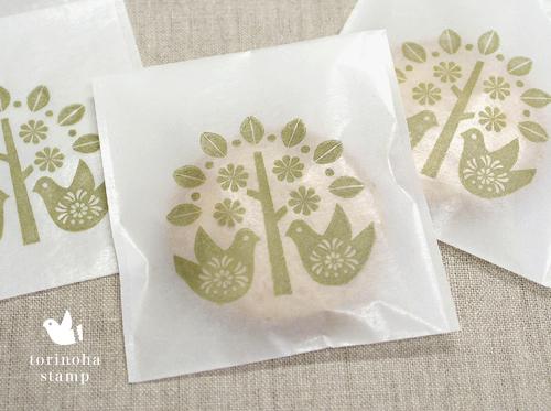 torinoha stamp ★小鳥と木 スタンプ  小鳥と木のスタンプです。 北欧風の絵柄で 捺印サイズ5.5センチ!  *サンプル写真は、グラシン袋に押した例です。 *大きめサイズの角底袋や封筒にもおすすめです。   【捺印サイズ】タテ5.5センチ、ヨコ5.5センチ   .