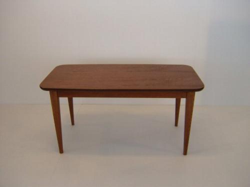 チークの美しい木目と、やわらかく描いた曲線、 そして、この小ぶりなサイズが人気のコーヒーテーブルです♪  子ぶりながら、脚はしっかりとした造りで、シンプルながら技ありの一品です!  お一人暮らしの方にもちょうど良く、サイドテーブルとしてもお勧めです♪    【グラス】  全体的に美しいツヤをもった美品です。 ごく微量のペイント剥げはあります。  【ラック】  比較的綺麗な状態です。