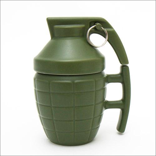 手榴弾 バトルマグカップは、ハンドグレネード(手榴弾)をかたどったユニークなデザインのマグカップです。MK2 手榴弾(通称:パイナップル)のデザインをモチーフにしており、コーヒー、紅茶、スープなどのホットドリンク、ジュースなどのソフトドリンク、そしてビールなどのアルコール類にもお使いいただけます。容量は約280mlでたっぷりドリンクが入ります。
