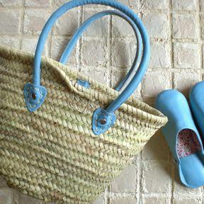 モロッコでもカラフルな革の持ち手が付いているマルシェバッグを見かけますが、こちらは美しい中間色・発色で、かつ色落ちしない革の持ち手のモロッコバスケットです♪お出かけの際に使いやすいように、持ち手は長めで肩にかけられる長さ、内側に留め金が付いています。おそろいのお色のバブーシュもあります。