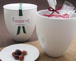 バレンタインのプレゼントをつめ込んで♪ 隠者が『機械ロクロ』の職人『大拓窯』さんに依頼して作って頂いたカッコイイ カップ&ソーサーは、ちょっと遊び心のある蓋付のカップになるのが魅力です★ その愉しいカップ&ソーサーで素敵なスペシャルギフトをご用意しました♪ 取って置きのプレゼントを素敵なカップにつめ込んで 大切な人へ贈ってみませんか♪
