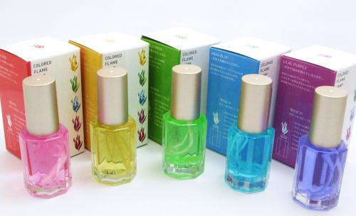 【地球に優しい植物原料使用!カラーの炎が楽しめる】Fiore(フィオレ)リキッドキャンドル   <花のように鮮やかなカラーの炎が楽しめる> Fioreはプラス・シーのオリジナル商品です。  透明度の高い八角形のガラス瓶の中に炎の色と同じ色のオイルが入っています。 緑のオイルからは緑の、赤のオイルからは赤の鮮やかな炎が楽しめます。 往来のオイルランプとは異なり蓋を開けてすぐに使えます。  別売りの【ワンダーオイル】と芯セットをご使用頂くことで繰り返しご利用になれます。  水溶性のオイルなので、手についても簡単に水で洗い流せます。植物原料使用のため有害なススも一切出しません。香りがついてないタイプのオイルですので、お食事時など臭いが気になる場面でもお楽しみ頂けます。 実用新案登録済。  POINT…従来のオイルランプと大きく違い手軽にどこでも繰り返し楽しめます。お風呂やリビング・ベッドルームのほか屋外でも持ち運びが自由にできる画期的なリキッドキャンドルです 炎の持つ1/fゆらぎにカラーセラピーの効果をプラスした癒し効果の高い商品です。  <カラーのバリエーション> RoseRed: パワーがほしいときに。 AquaBlue: 気持ちを静めたいときに。 Moon Yellow: 元気になりたいときに。 EmeraldGreen: 心を落ち着かせたいときに。 LilacPurple: 不安や悩みを抱えているときに。
