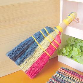 とってもオシャレなほうきブルーム[トリコロール]です♪ ナチュラル・レッド・ブルーのトリコロールカラーが目を引くかわいいほうきです 毎日のお掃除にお気に入りの道具があるとそれだけで楽しくなっちゃいます♪ もちろん!インテリアとして飾ってもとってもかわいいです(´∀`)