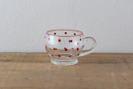 ●限定2個 ●買付けた国:ドイツ  1950年代のガラスのカップ。赤い色をぽちっと置いたような水玉柄は、1つ1つの大きさが微妙に違い、古き良き時代のおおらかさを醸し出しています。暖かい飲み物を入れても大丈夫です。紅茶やフルーツティーを入れたらきれいだろうなぁ。 古いものです。小さなキズ、よごれなど多少の使用感がありますが、ご了承ください。