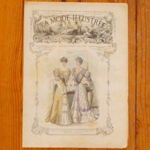 1860年から1937年にかけてパリで発行されていた、モード新聞 LA MODE ILLUSTREE(ラ・モード・イリュストレ)です。  主に上流階級の女性を対象にした週間新聞で、美しいイラストと当時のモードが伺われる、とても美しい新聞です。 中には優雅なファッションを伝えるイラストの他、ファッションコーディネート、刺繍モチーフ、ファッション情報、小説などが掲載されています。 また新聞の後ろにある広告も当時の雰囲気を感じる、興味深い物となっています。(この頃の広告は、特にコスメとダイエット関連が多いようです)  新聞としてこのままコレクションしても、またイラスト部分だけ額装して飾っても素敵です。お部屋の装飾や、ディスプレーに如何ですか?