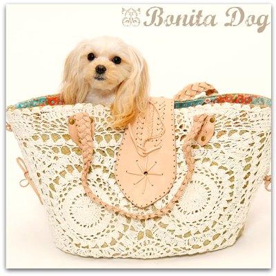 お天気の良い日にお出掛けしたいけど、ビニール素材のキャリーバッグの中だとワンちゃんが暑そうなんて思った事はありませんか??  そんな時にピッタリの、自然が大好きなワンちゃんにオススメBonita Dogオリジナル『パンダン素材のキャリーかごバッグ』が新登場です。 ところで『パンダン』ってなぁに??  パンダンとは、東南アジア、フィリピンなどに広く生息するタコノキ科の植物です。パンダンの葉から抽出される液には、アロマ作用(虫除け効果)があるそうです。暑い季節に嬉しいですよね☆ インドネシアでは、弾力性があり丈夫で軽いパンダン素材は、主にバッグやバスケットに使われますが、フィリピンやタイでは、お料理の香り付けなどに使われているそうです。  そんなワンちゃんに優しいパンダンの葉を割いて、乾かしたものを籠作りの職人さんたちが一目一目編みこみました。 そして、ニット職人さんたちが心を込めて編みこんだアイボリーのコットンニットを重ね、裏地には、ブルー×フラワーのちょっとレトロな雰囲気の生地を合わせ、ほんわか温もりのある可愛いキャリーバッグに仕上がりました^^。  ワンちゃんも自然の香りに包まれて、安心してお出掛けできます。南国テイストのワンピに、キャリーバッグを合わせるとかなり可愛いですョ〜♪  ◆飛び出し防止フック付きです。 ◆ワンちゃん座り心地重視のふんわりクッション ◆巾着のように閉める事ができるので、電車、バスもOK! ◆持ち手部分はレザーを編みこみ、幅がありますので肩が痛くありません^^。 ◆パンダン素材なのでとにかく軽いのが◎■■■重さ 850グラム^^■■■ ◆【サイズ】幅45cm×高さ28cm 3キロぐらいまでのワンちゃんに♪