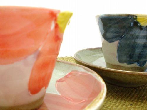 【セット内容】  一珍花絵 三ツ足碗皿(青・赤):各1  大きな花を配置したデザインは印象的ながらも落ち着いたイメージに仕上がっています。 カップの底部分もフラットではなく、三ツ足なところがキュートです。 また、碗皿も高さがつけてあり、ちょっと個性的な形をしています。 当然、日本茶でも良く合いますが、コーヒー紅茶はもちろん ジュースやホットミルクなどもおススメです。 カップと碗皿はカップと取皿としてお使いいただいてもいいように 碗皿の内側がフラットな仕上げななっています。 落ち着いたイメージになり過ぎないように、挿し色をきかせた 何ともモダンなセットです。