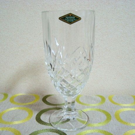 ビールの国アイルランドでデザインされたビア・グラス。 お洒落なデザインの上、ずっしりした重さはジョッキにも匹敵! ビールを注ぐ前にしっかり冷やして、ワンランク上のウチ飲みを演出してください。 5250円以上お買い上げで送料無料!プラス食卓を飾るバラのLEDライトのおまけ付きです!