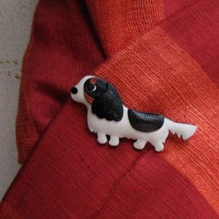 キャバリアをモティーフにした革製ブローチです。  柔らかな丸みを帯びたフォルムで、胸元につけたり、帽子につけたり、お出かけが楽しくなります。  一点一点手作業で生み出される、愛嬌たっぷりの犬たちです。 体の黒い模様は追加料金100円からあなたの愛犬だけの特別な模様にできます。 愛犬のお写真を見ながら、少しでも本犬にお似せできるように製作いたします。ジャックラッセルテリアもあります。