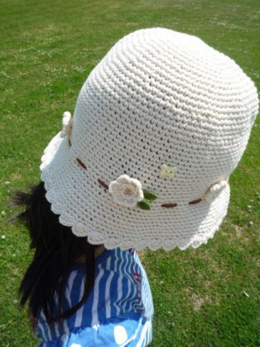 お花畑のような帽子です。 たくさんのお花+革リボン+ちょうちょでお花畑のような編み帽子です。  お花一つひとつにビーズの花粉を載せたり ちょうちょを飛ばしてあげたりして とてもかわいいです♪  リボンは本革です。 ですが、お子様の帽子なので、手洗いできるように リボンは取り外しできます。