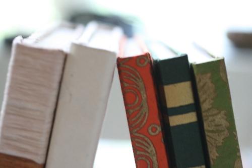 ネパール和紙「ロクタ」をベースにしたリサイクルペーパーで作られたノートです。ナチュラル感たっぷりの紙質で、一つ一つハンドメイドで作られました☆ 各ページとも螺旋は入っていないので、ノートやスケッチブック、写真を貼ってフォトブックなど用途はいろいろ♪ プレゼントとしてもオシャレな一冊です☆