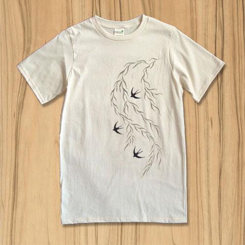 """オーガニックコットン100%のTシャツに、柳に燕の柄を捺染しました。春のさわやかな一陣の風を感じられる一枚です。 """"柳に燕""""とは、似つかわしい取り合わせのもの、調和をあらわします。花札にも登場するこの文様は古くから日本人に親しまれてきたものです。 素材のオーガニックコットンは肌触り柔らかでやさしい着心地です。一度オーガニックコットンを身に着けてしまうと、化繊や他の綿製品では満足できないという方もおられるほど。やみつきになってしまう心地よさです。 当店のTシャツは、ANVIL社のオーガニックコットンTシャツを土台に使用しています。綿の種を選ぶところから、栽培方法、縫製に至るまでこだわって作られた製品は肌触りの柔らかさ、着込めば着込む程馴染んでくる素材感に定評があります。 生地は厚すぎず薄すぎずの5.0オンス。襟、袖、裾は二重に縫製された丈夫なつくりです。夏の暑さと毎日の洗濯にも対応できる、優れもののオーガニックコットンTシャツです。 ※画面の色と実際の色は若干異なる場合があります。ご了承ください。 ※ご注文を頂いてから制作いたします。お届けまでに3日〜1週間程度のお時間を頂きます。ご了承ください。"""