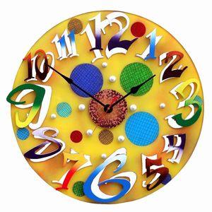 透明感のあるイエローのバックにカラフルな数字が鮮やかな掛け時計。イエローのグラディエーションとカラフルな数字がポップで、見事におしゃれな掛け時計に仕上がっています。