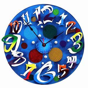 透明感のあるブルーのバックにカラフルな数字が鮮やかな掛け時計。そのポップでモダンな装いはあらゆるお部屋で存在感を発揮します。 特に自分の部屋に、お店に個性を持たせたいという方には絶対にお勧めです。