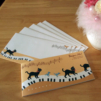 大人気!黒猫ミィーの一筆箋と封筒セット(2種)です。 横長サイズなので、L版の写真やお札を折り曲げずに郵送できます。 私なら、コンサートチケットや招待状を送るときに使うかな♪