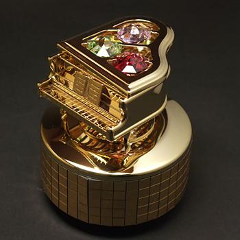 オーストリア製スワロフスキーのクリスタルがキラキラ輝く 金メッキを施した回転式オルゴールです。  ストーンの形は八角形で、風水でもっとも良いとされ、 さらにゴールドは金運を呼び、幸運をもたらすと言われています。  ☆愛する方への贈り物☆にいかがですか?在庫残り1点です!