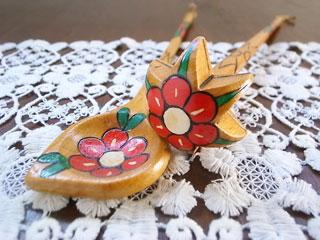 ドイツの古道具屋さんで出会った、可愛い木製オーナメント飾りのセットです。  木さじと星形のすり棒?の工芸品です。ハンドペインティング、また模様の縁は彫られており丁寧な作りです。  インテリア飾りとして、お楽しみください。