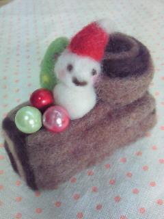 土台の上には切り株と、ほっぺが可愛いサンタさんがちょこんと♪ カラフルに飾り付けられたツリーと3色のパールベリーで クリスマスっぽくしてみました(*^_^*)  玄関や机の上の置いたらほっこりしてきますよ☆ 約9cm、手のひらに乗る大きさです。