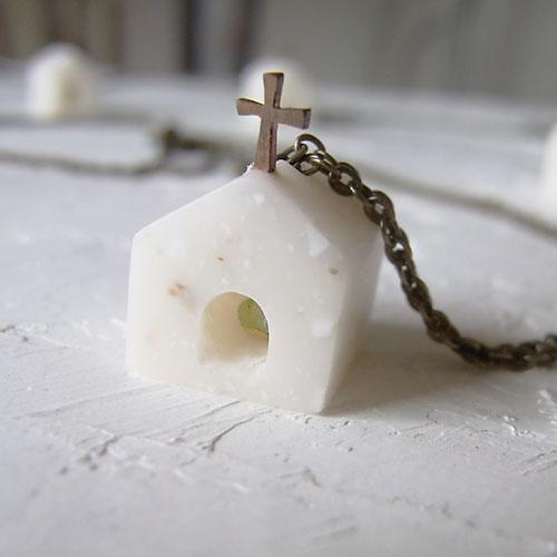 人工大理石(樹脂製)をひとつずつ削って造った、オールハンドメイドの教会モチーフのペンダントです。 ※限定14個です。  入り口から中を覗くと、不定形にカットされたペリドットがキラリと光ります。  ちょこっとだけゆがませてつくっているので、ハンドメイドの温もりが感じられます。