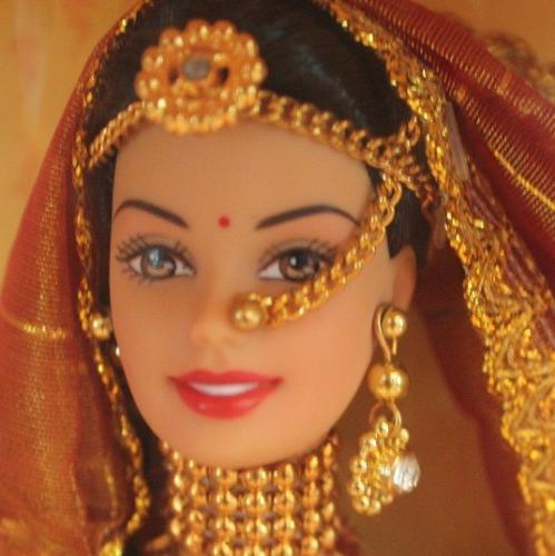 barbie in India:ウェディングバービー   インドのウェディング衣装である、レンガチョーリを着たゴージャスなバービー。 アクセサリーも実際に花嫁が身につける赤のバングル、髪の分け目につけるティッカなど、 細部に至るまで表現されており、とてもインドらしい逸品です。   マテル社製の商品です。大きさなどは日本のバービーと変わりありません。 箱に入れた状態でお売りいたします。 どこよりも安くお届けしますので、ぜひどうぞ!