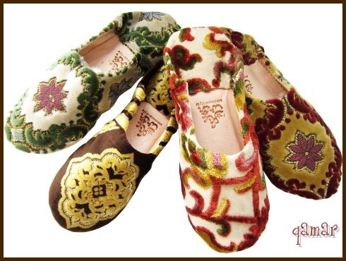 モロッコのサロン(居間)でよく使用される布(ソファやクッションなど)で作られたバブーシュ。  モロッコのゴブラン織りは、繊細な美しさが特徴で布の凹凸が素材の魅力です。  オリエンタルで、華やかな柄を施されたファブリックは、日本ではなかなかお目にかかれません。 モロッコならではの上品でオリエンタルなデザインで、お部屋を華やかな雰囲気にしてくれます ご自分使いにも、また来客の際にも、ちょっとしたギフトにもお勧めです☆
